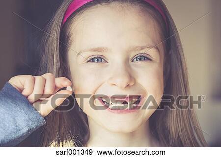Banque De Photographies Portrait De Souriant Petite Fille à