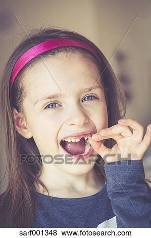 Portrait De Souriant Petite Fille à Dent Trouée Tenue Lait