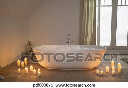 Vasca Da Bagno Romantica Con Candele : Archivio immagini moderno vasca bagno con illuminato candele