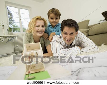 Archivio fotografico - giovane famiglia, in, soggiorno, sorridente ...